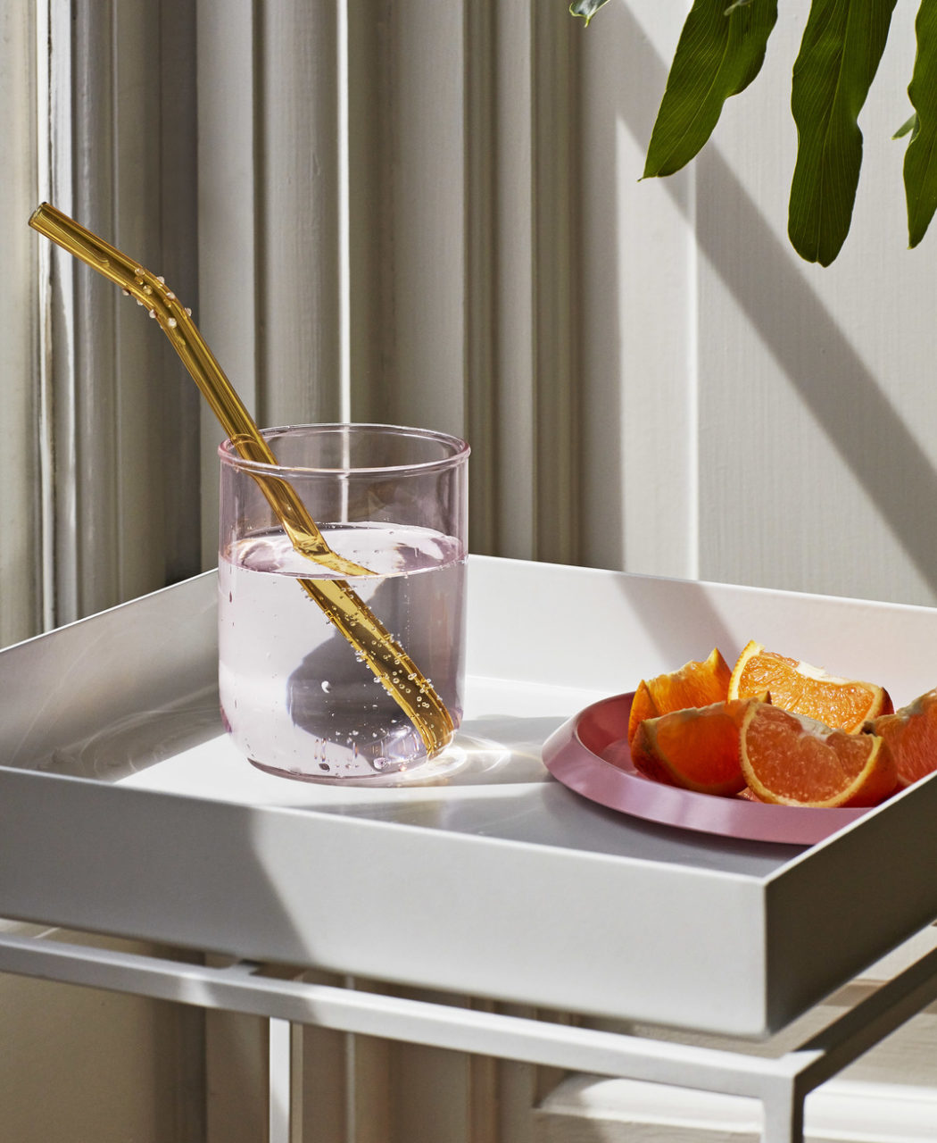 Tint Tumbler pink_Sip Dot_Ellipse Tray XS pink_Tray Table white